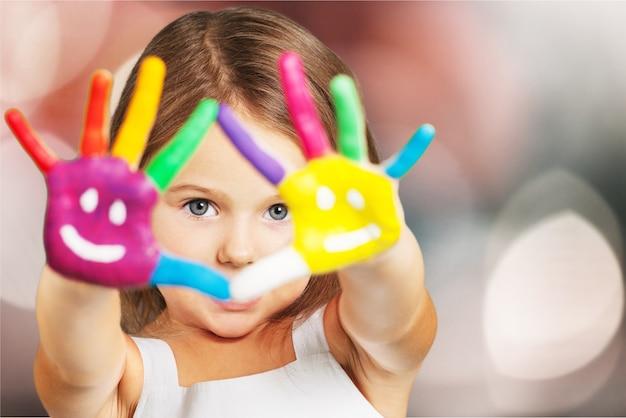 Mała dziewczynka z malowanymi rękami