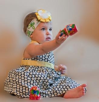 Mała dziewczynka z matrioszką w dłoni