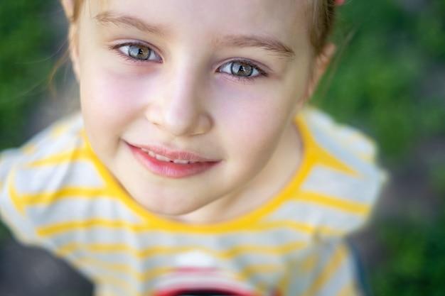 Mała dziewczynka z misiem w parku