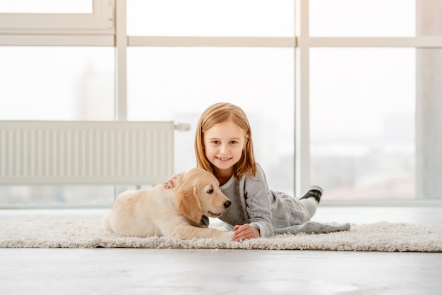 Mała dziewczynka z młodym psem