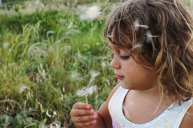Mała dziewczynka z mniszek lekarski