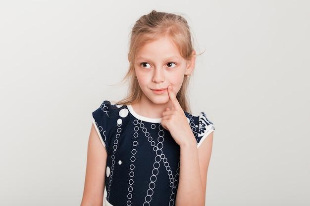 Mała dziewczynka z myślącym wyrażeniem