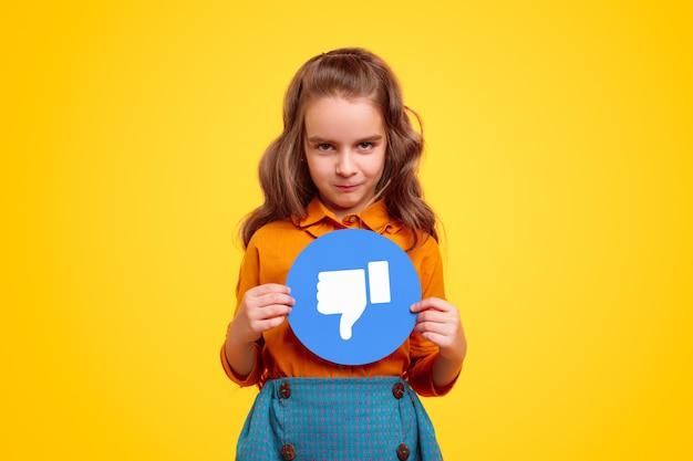 Mała dziewczynka z niechęci znak sieci społecznych