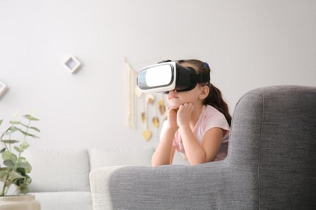 Mała dziewczynka z okularami wirtualnej rzeczywistości w domu