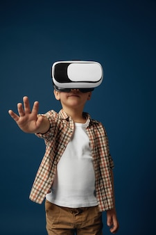 Mała dziewczynka z okularami zestaw wirtualnej rzeczywistości na białym tle