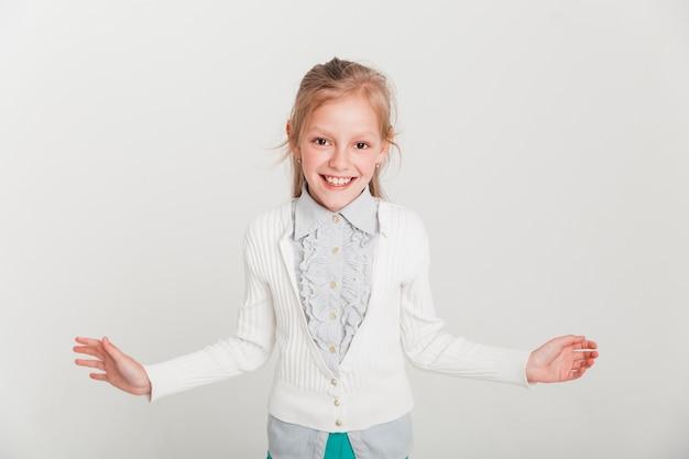 Mała dziewczynka z otwartym wyrażeniem