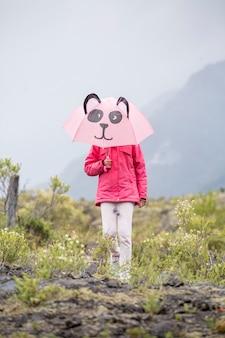 Mała dziewczynka z parasolem panda spaceru w górach