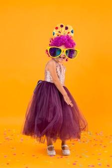 Mała dziewczynka z peruką klauna i tutu