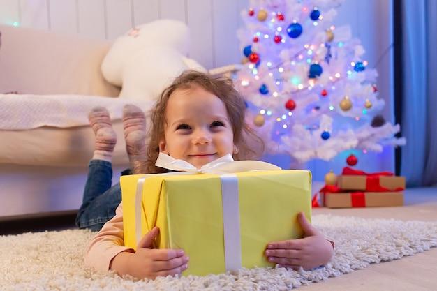 Mała dziewczynka z prezentem, boże narodzenie