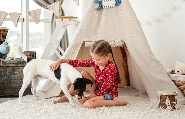 Mała dziewczynka z psem foksterier
