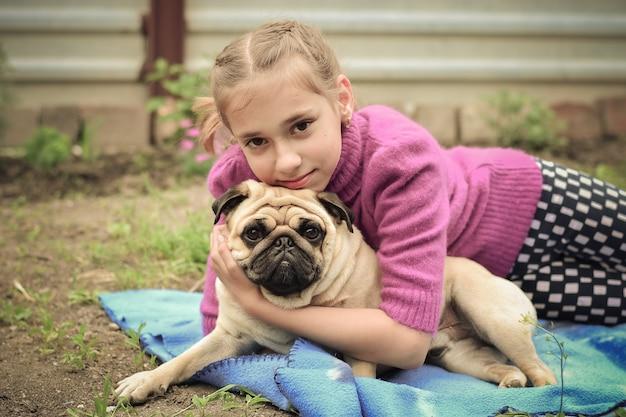 Mała dziewczynka z psem na zewnątrz