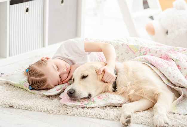 Mała dziewczynka z psem pod koc