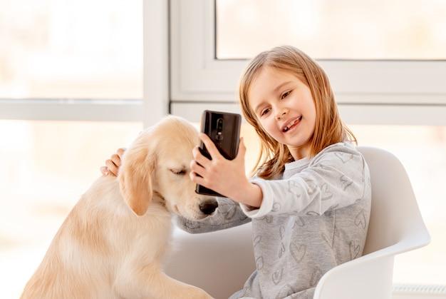 Mała dziewczynka z psem