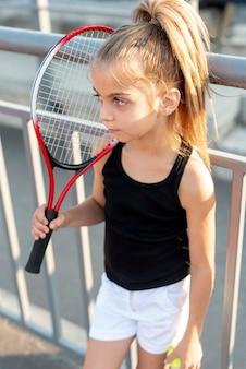 Mała dziewczynka z rakietą tenisową