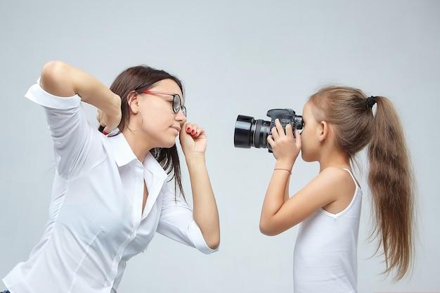 Mała dziewczynka z robieniem zdjęć dziewczyny