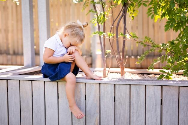 Mała dziewczynka z smutnym wyrażeniem outside. smutna mała blondynka