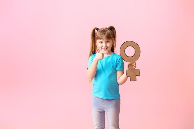 Mała dziewczynka z symbolem kobiety. pojęcie feminizmu