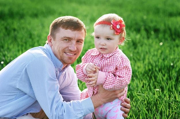 Mała dziewczynka z tata odprowadzeniem na łące