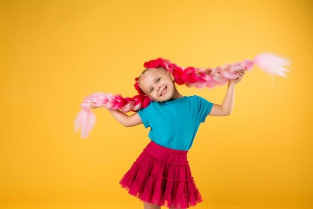 Mała dziewczynka z warkoczami różowego kanekalon