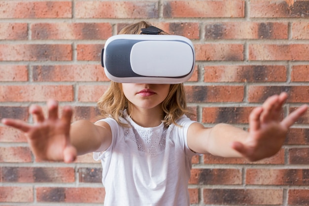 Mała dziewczynka z wirtualnej rzeczywistości słuchawki. innowacyjna technologia i koncepcja edukacji