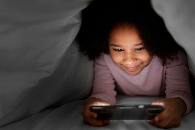 Mała Dziewczynka Z Wiszącą Ozdobą W Domu Darmowe Zdjęcia