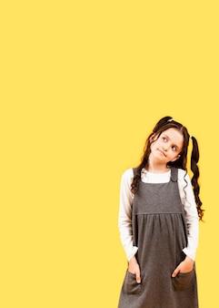 Mała dziewczynka z włosianymi warkoczami projektuje przestrzeń