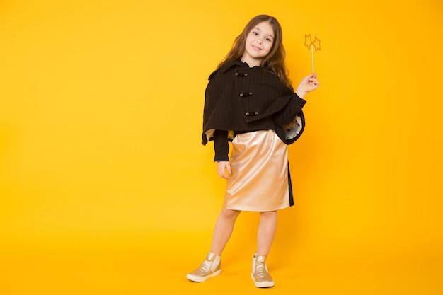 Mała dziewczynka z zabawkarską gwiazdą