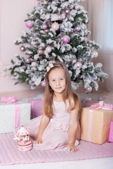 Mała dziewczynka z zabawkarską muzyczną karuzelą boże narodzenie