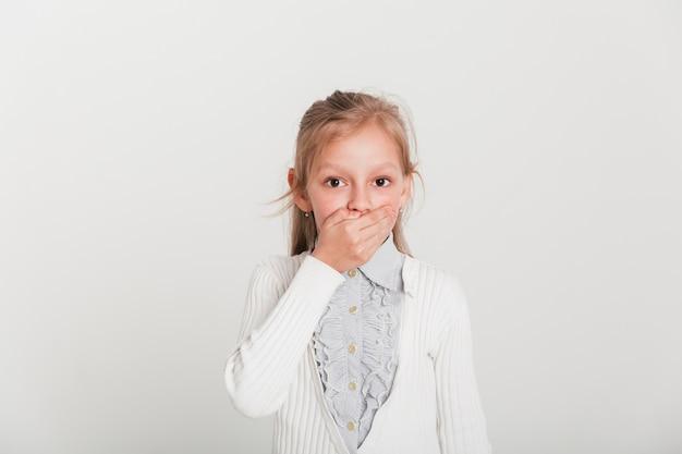 Mała dziewczynka z zdziwionym wyrażeniem