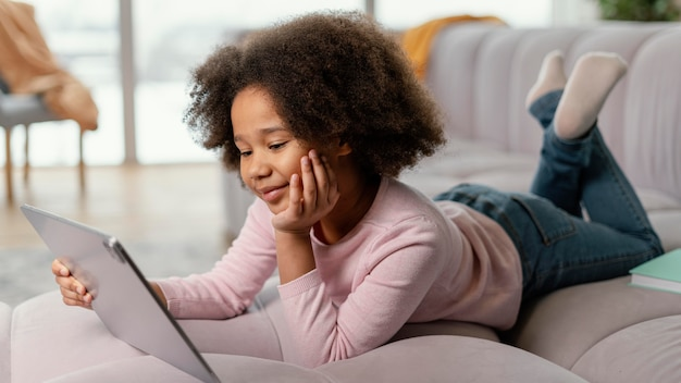Mała dziewczynka za pomocą tabletu