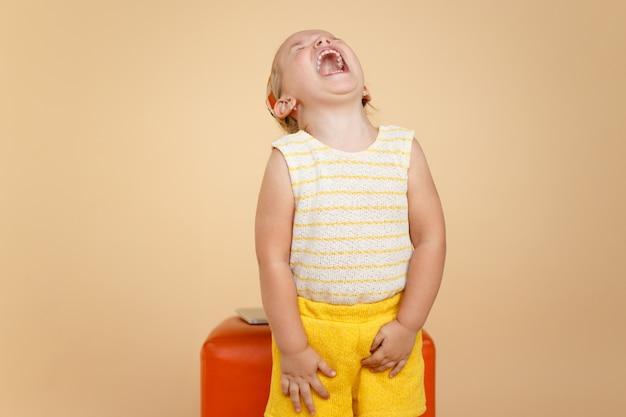 Mała dziewczynka zabawny maluch krzyczy