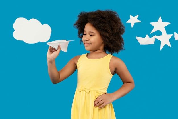 Mała dziewczynka zabawy w studiu ustawienie latem