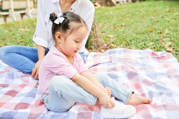 Mała dziewczynka zakładanie trampek