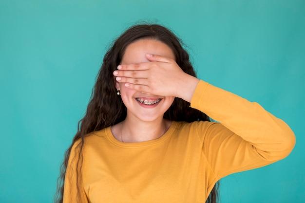Mała dziewczynka zakrywająca jej oczy