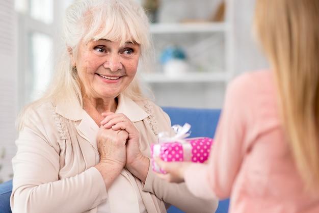 Mała dziewczynka zaskakująca babcia