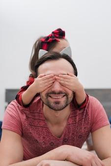 Mała dziewczynka zaskakuje swojego ojca