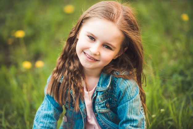 Mała dziewczynka zbiera kwiaty