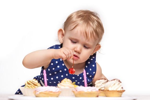 Mała dziewczynka ze słodyczami