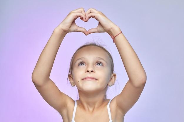 Mała dziewczynka złożyła ręce w kształcie serca