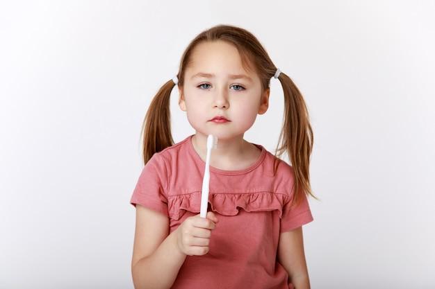 Mała dziewczynka znudzona myciem zębów