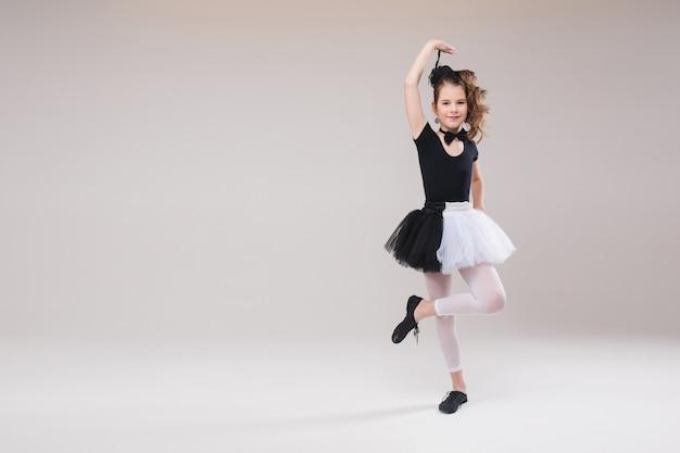 Mała dziewczynki baleriny taniec w czarny i biały ubraniowy ono uśmiecha się mieć pozytywną emocję
