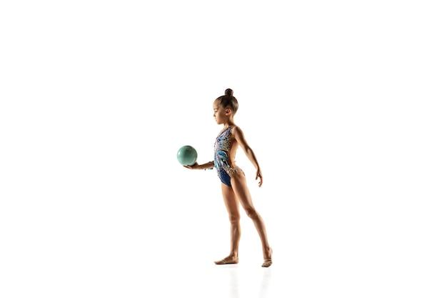 Mała elastyczna gimnastyczka na białej ścianie!
