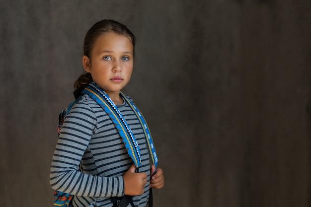 Mała europejska uczennica z plecakiem