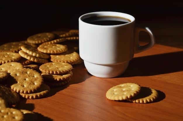 Mała filiżanka kawy i solony krakers