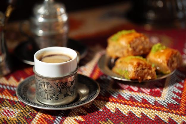 Mała filiżanka tureckiej kawy i tureckiej baklawy