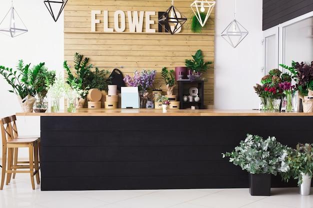 Mała firma, dostawa kwiatów. nowoczesne wnętrze kwiaciarni, recepcja.