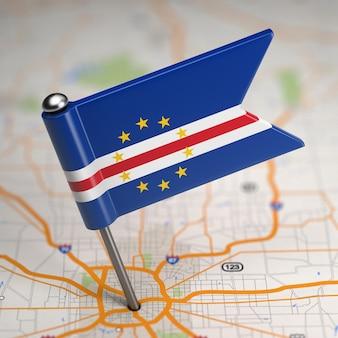 Mała flaga republiki zielonego przylądka na tle mapy z selektywną fokusem.