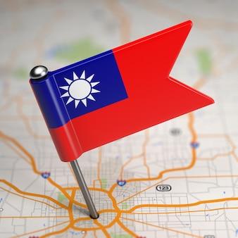 Mała flaga tajwanu lub republiki chińskiej na tle mapy z selektywną ostrością.