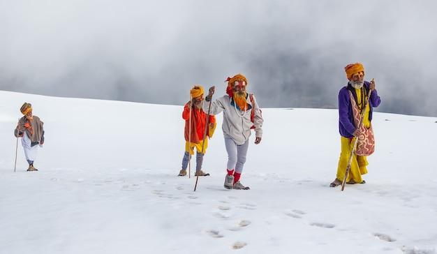 Mała grupa sadhu jedzie do świętych jezior w gosainkunda w nepalu