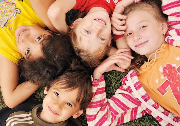 Mała grupa szczęśliwych dzieci na zewnątrz